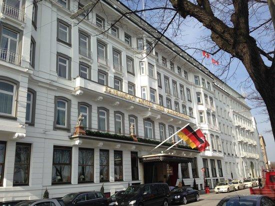 Fairmont Hotel Vier Jahreszeiten: Hotel entrance