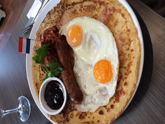 Sikko's Pannekoeken Huis: Savoury breakfast pancake with ham, bacon, sausage, egg and BBQ sauce