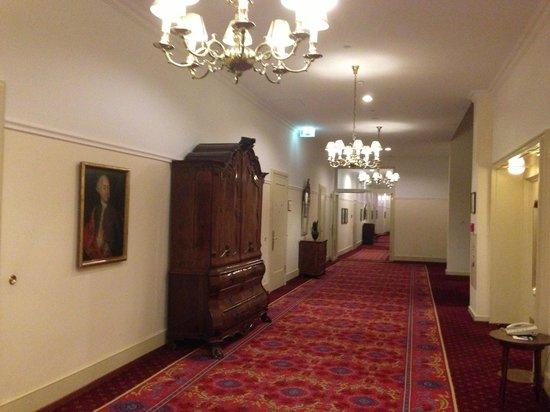 Fairmont Hotel Vier Jahreszeiten: Near the lift