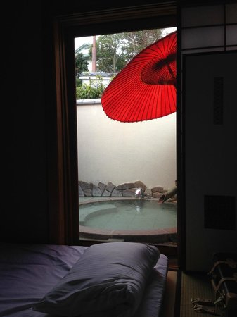 Sakuragaokasaryo: 寝室から見た露天風呂