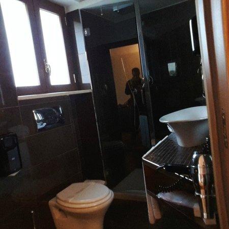 Harri's Hotel Chieti : Veduta del bagno in camera
