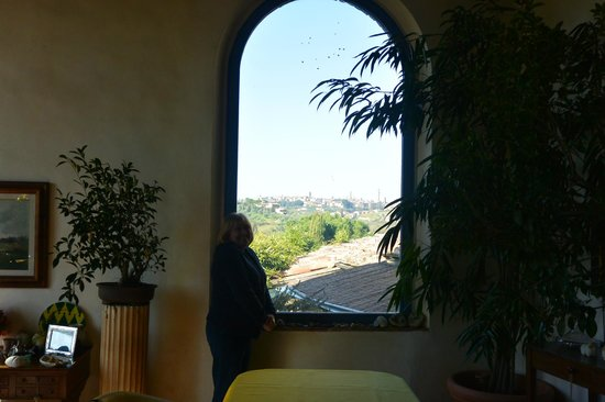 Frances' Lodge Relais: Breakfast Table with a view overlooking Siena