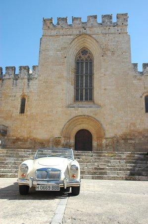 Hostal Grau: Entrada monasterio 2