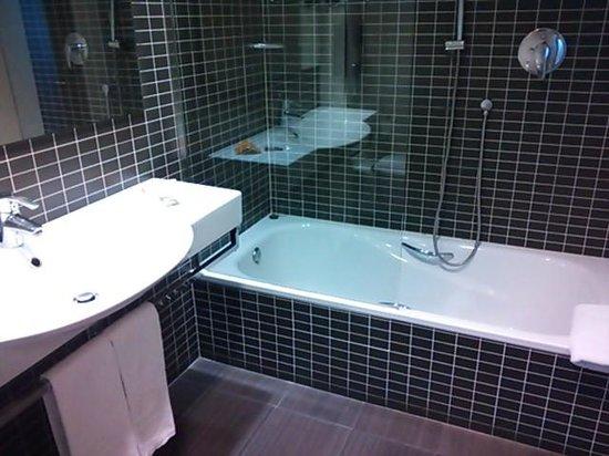 Axor Feria Hotel: バスルーム