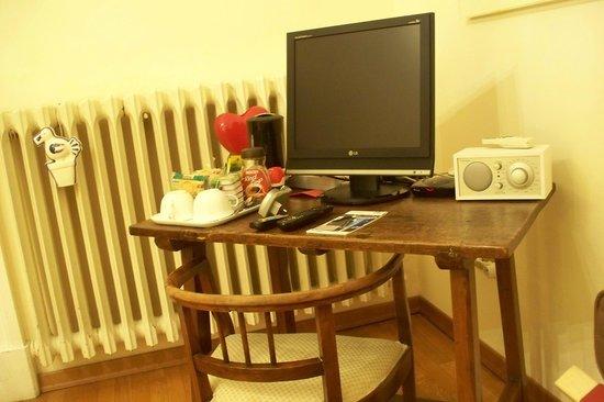 Soggiorno Rondinelli : Tavolo accessoriato.
