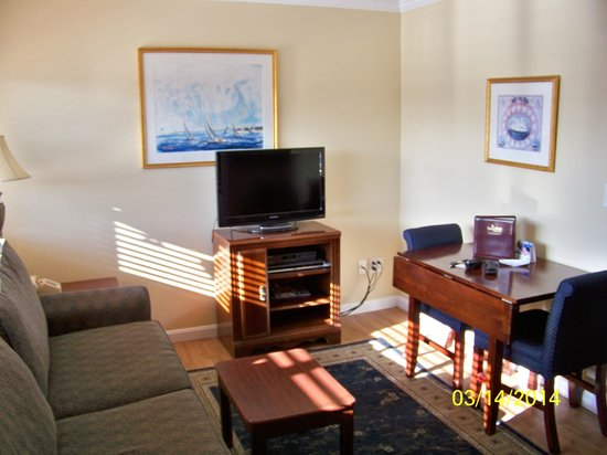 Captain's Quarters at Surfside Resort : THe living room & I suppose the fold out table for meals