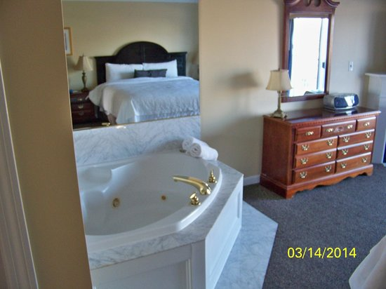 Captain's Quarters at Surfside Resort: where would we be without a jacuzzi in the bedroom