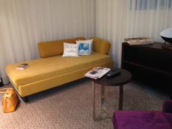 Sofitel Brussels Le Louise : Sofa in suite