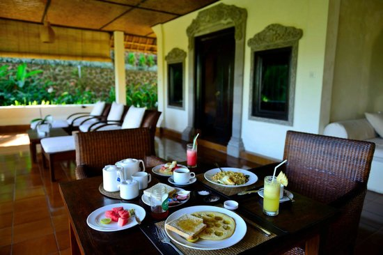 Villa Indah Ubud: nice balcony and breakfast!