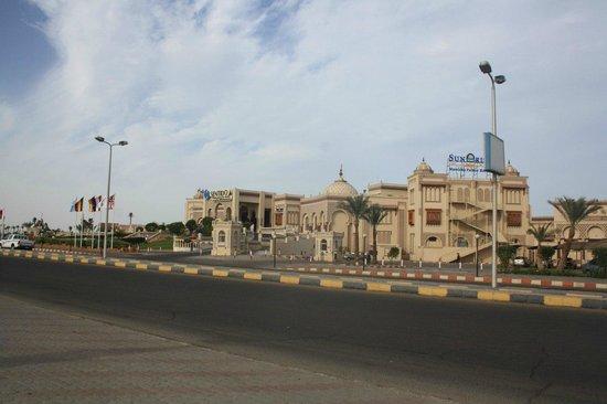 SENTIDO Mamlouk Palace Resort : вид с дороги на отель