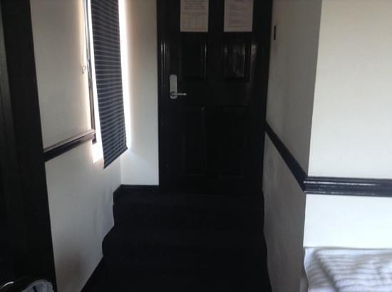 Hotel Noir : sign for steps into room?
