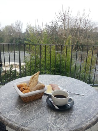 Hôtel Le Moulin De Madame : Breakfast on the patio over looking the river