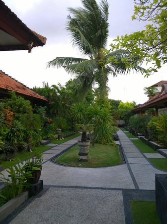 Kuta Beach Club Hotel: Im Garten