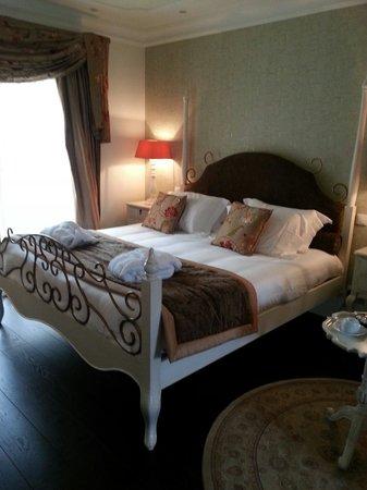 Hôtel Le Moulin De Madame : King bed