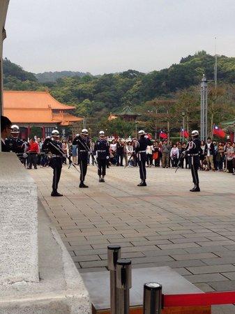 National Revolutionary Martyrs' Shrine: 衛兵の交代シーンです。 だいたい23歳くらいの人が立つようです。