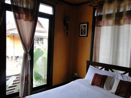 Villa Vang Vieng Riverside : la chambre