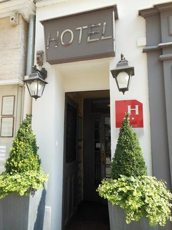 Hotel du Champ de Mars : street entrance to hotel