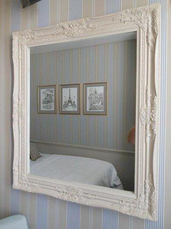 Hotel du Champ de Mars : beautifully decorated room