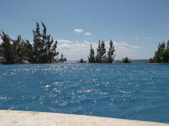 Pueblito Luxury Condohotel: piscine a débordement avec vu sur la mer