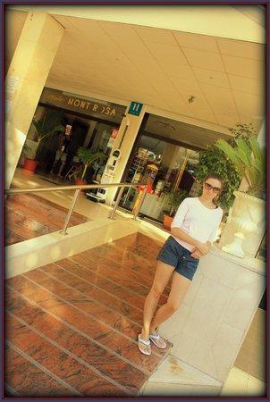 Mont-Rosa Hotel: вход в отель