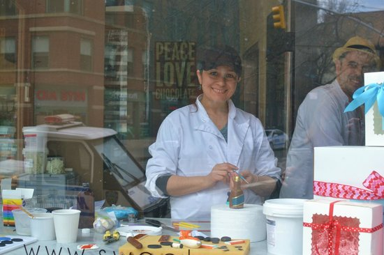 Sweet Corner BakeShop: cake decorating / friendly lady view from the street