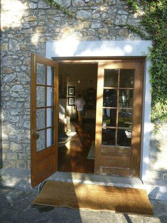 Jetwing Warwick Gardens: Door into the hall