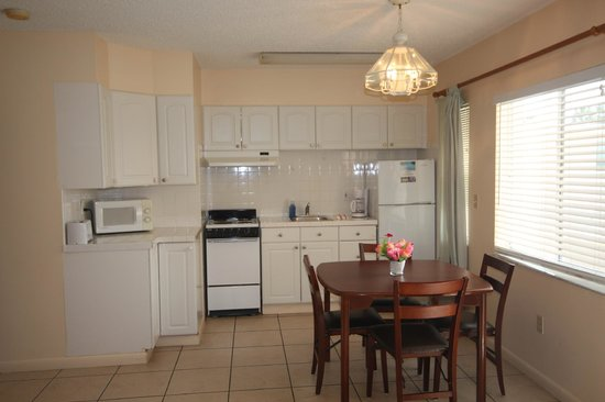Belleair Beach Resort: apartment dining and kitchen