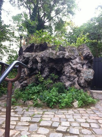 Hotel Particulier Montmartre: If you find this rock you find your hotel!