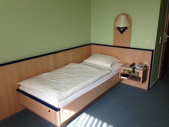 Basic Hotel Hannover Airport: Basic bed!