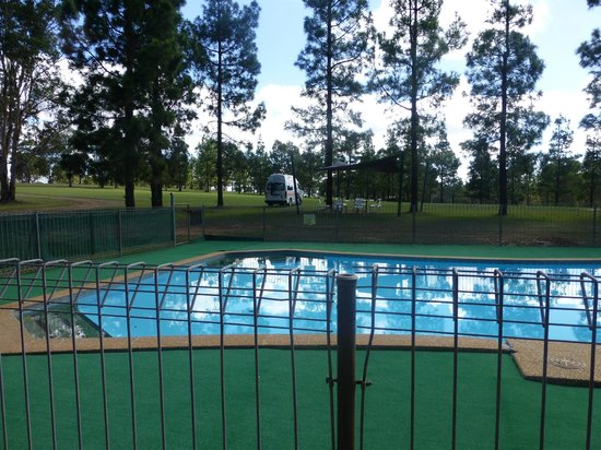 Pokolbin Cabins: Good sized outdoor pool & picnic area