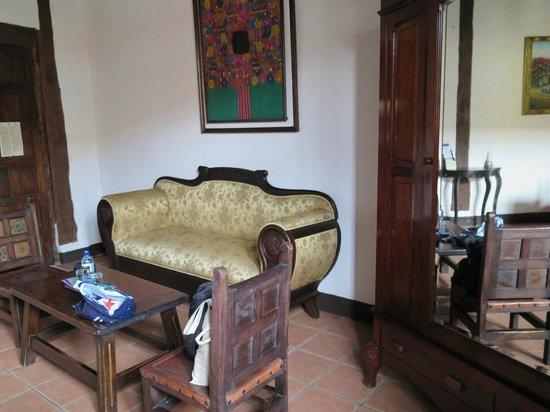 Hotel Posada de Don Rodrigo: View of couch in room 100