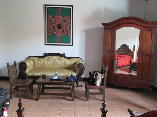 Hotel Posada de Don Rodrigo: View of couch and TV cabinet in room 100