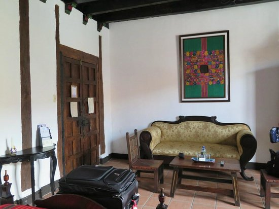 Hotel Posada de Don Rodrigo: View of couch and front door of room 100