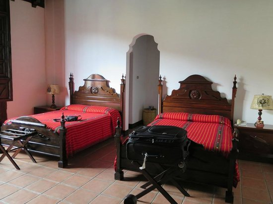 Hotel Posada de Don Rodrigo: View of 2 queen beds in room 100