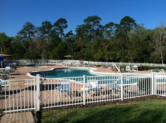 The Barefoot Suites: Pool and hot tub