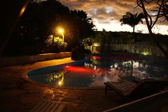 Caraibes Bonheur : piscine la nuit