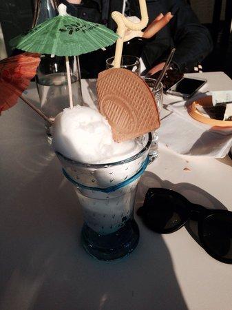 Brasserie du Port om café : Glace et coupe colonel au soleil. Très agréable moment