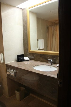 Melia Kuala Lumpur: bathroom