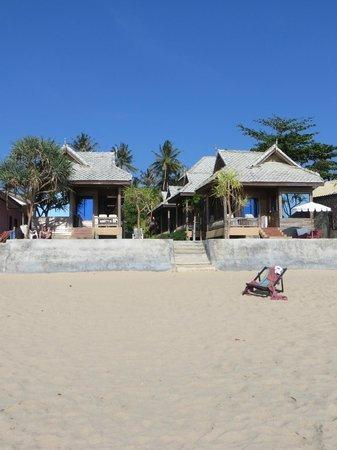 Baan Pakgasri Hideaway : die beiden Beach Front Bungalows vom Strand aus gesehen