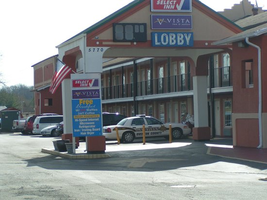 Vista Inn & Suites Airport East : hotel approach