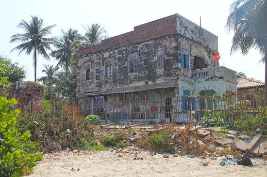 Mui Ne Harbor: Hardly liveable in.