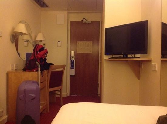 Holiday Inn London - Kensington : Dette er fra det første rommet jeg fikk.