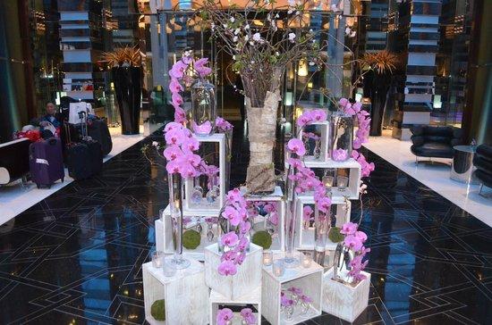 Fairmont Bab Al Bahr: Холл и орхидеи