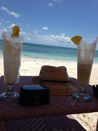 Tortuga Bay Hotel Puntacana Resort & Club : Great beach drinks and hat