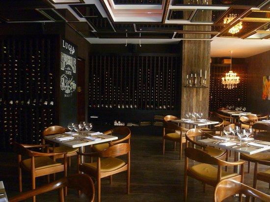 Lucia Restaurante: i tavoli del ristorante , i vini alle pareti