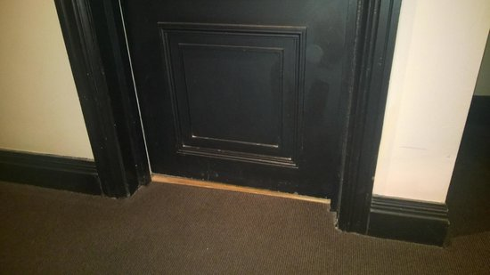 Hotel du Vin & Bistro: dusty and dirty door
