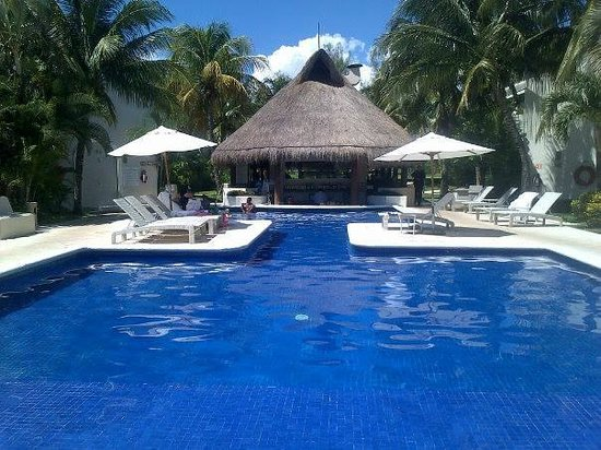 Laguna Suites Golf & Spa: Vista de la piscina junto con la zona de bar