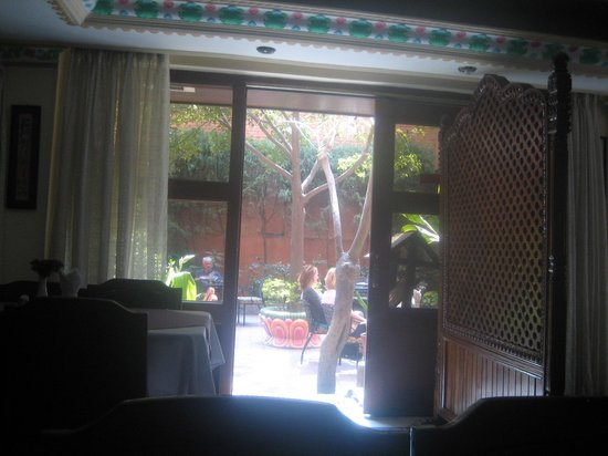 Tibet Guest House: Garden and exterior of hotel