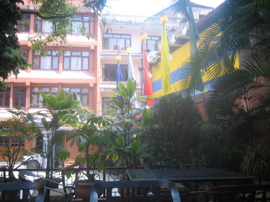 Tibet Guest House : Garden and exterior of hotel