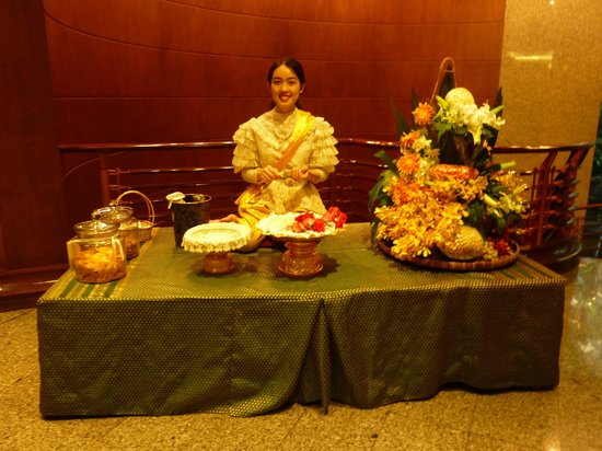 Banyan Tree Bangkok: Thai lady making greeting garlands at entrance level (the hotel reception is on a higher floor).